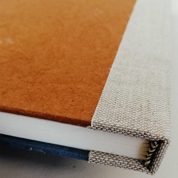 Blå og brun notatbok